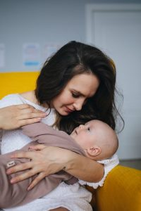 U prvih šest meseci dok dete još uvek ne oseća da je individua, majka ima veliki uticaj I mogućnost da mu pomogne u samoregulaciji. Izražajnom mimikom lica aktivira miror neurone u bebinom mozgu. Melodičnim govorom, glasom viših frekvencija pobuđuje bebu dok je na potpuno drugačiji način smiruje. Vodi računa o udaljenosti, nalazi se na dijaloškoj distanci sa koje beba može najjasnije da je vidi, čuje I da može da je dodirne.